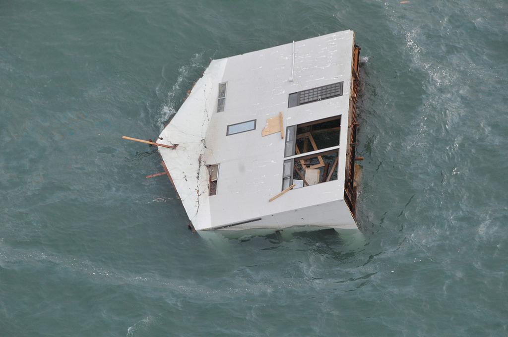 津波で流出し、太平洋を漂う家屋(2011年3月14日)
